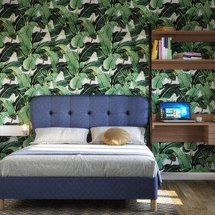 Aménagement d'une petit chambre parentale contemporaine avec un sol en bois clair, un mur vert et un sol marron.