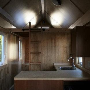 シアトルの小さいラスティックスタイルのおしゃれなロフト寝室 (茶色い壁、濃色無垢フローリング、暖炉なし)