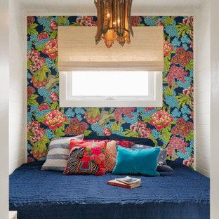 Свежая идея для дизайна: маленькая спальня в стиле фьюжн с белыми стенами, полом из винила, потолком из вагонки и стенами из вагонки - отличное фото интерьера