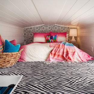 Immagine di una piccola camera da letto bohémian con pareti bianche, moquette, soffitto in perlinato, soffitto a volta, pareti in perlinato e pavimento multicolore
