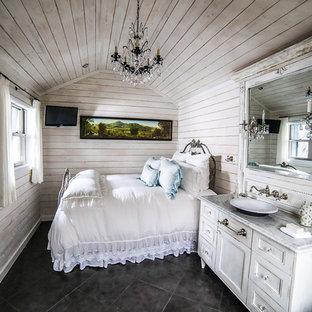 Esempio di una piccola camera matrimoniale stile shabby con pareti bianche e pavimento in gres porcellanato