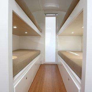 サンタバーバラの小さいコンテンポラリースタイルのおしゃれな寝室 (白い壁、竹フローリング)