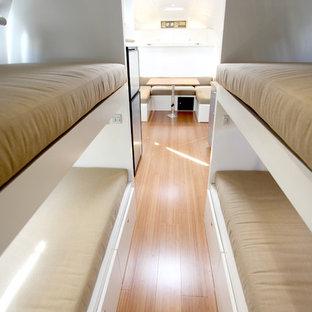 Пример оригинального дизайна: маленькая спальня в современном стиле с белыми стенами и полом из бамбука