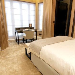 Modern inredning av ett litet gästrum, med beige väggar, heltäckningsmatta och beiget golv