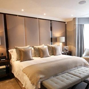 Idéer för ett litet modernt gästrum, med heltäckningsmatta, beiget golv och grå väggar