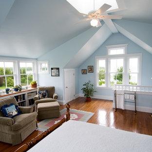 Immagine di una camera da letto classica con pareti blu