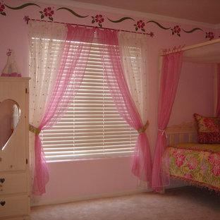 Imagen de dormitorio exótico, pequeño, con paredes rosas y moqueta