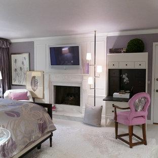 Ispirazione per una camera matrimoniale classica di medie dimensioni con pareti viola, moquette, camino classico e cornice del camino in legno