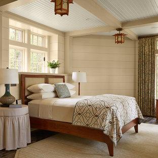 Cette photo montre une grand chambre parentale nature avec un sol en ardoise, aucune cheminée, un mur beige et un sol marron.
