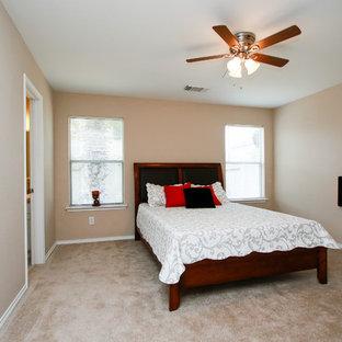 Immagine di una piccola camera matrimoniale chic con pareti beige, moquette, camino sospeso e pavimento beige