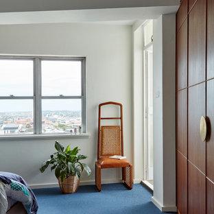Ejemplo de dormitorio principal, vintage, de tamaño medio, con paredes blancas, moqueta y suelo azul