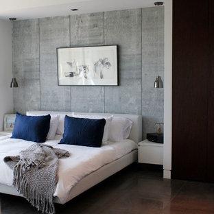Ejemplo de dormitorio principal, minimalista, de tamaño medio, con paredes blancas, suelo de baldosas de porcelana y suelo gris