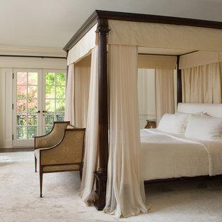 Foto di una camera da letto chic con pareti beige, moquette e nessun camino