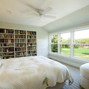 Imagen de dormitorio principal, rústico, de tamaño medio, con paredes beige, moqueta y suelo multicolor