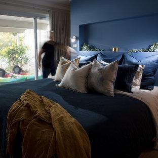 セントラルコーストの中サイズのモダンスタイルのおしゃれな客用寝室 (ベージュの壁、クッションフロア、ベージュの床)