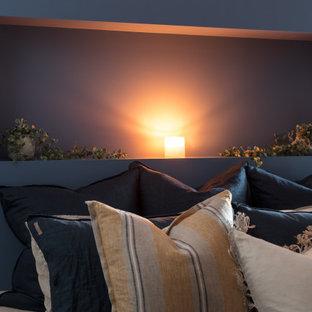 セントラルコーストの中サイズのモダンスタイルのおしゃれな客用寝室 (ベージュの壁、クッションフロア、ベージュの床) のインテリア