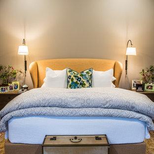 Diseño de dormitorio principal, rústico, grande, sin chimenea, con paredes grises y suelo de mármol