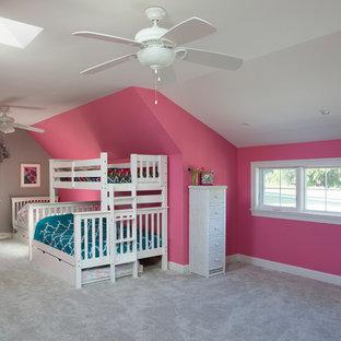 Ispirazione per una grande camera da letto american style con pareti rosa, moquette e pavimento grigio