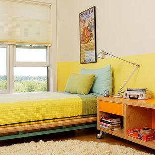 Imagen de habitación de invitados tradicional renovada con paredes amarillas