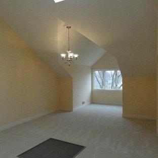 Modelo de dormitorio principal, tradicional, grande, sin chimenea, con paredes amarillas y moqueta