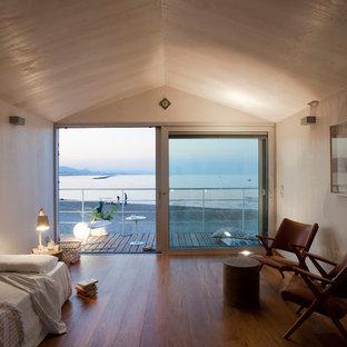 Modelo de dormitorio nórdico con paredes beige y suelo de madera en tonos medios