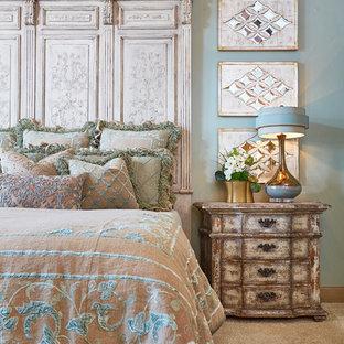Ejemplo de dormitorio clásico con paredes azules y moqueta