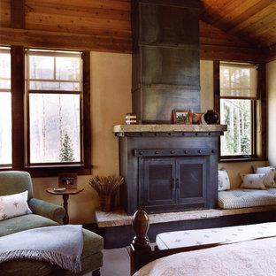 Diseño de dormitorio rural con chimenea tradicional