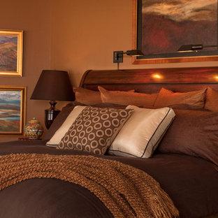 ポートランドのトラディショナルスタイルのおしゃれな寝室 (茶色い壁)