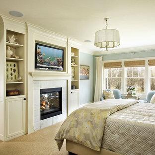 ポートランドのトラディショナルスタイルのおしゃれな主寝室 (青い壁、カーペット敷き)