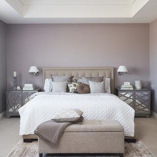 Idéer för vintage sovrum, med lila väggar och heltäckningsmatta