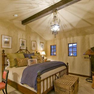 Diseño de dormitorio clásico con paredes beige
