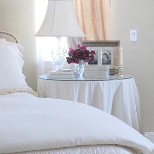 Klassisches Schlafzimmer mit beiger Wandfarbe in Sonstige