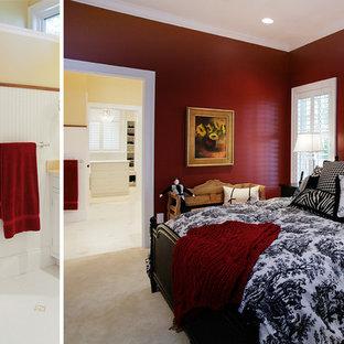 Esempio di un'ampia camera matrimoniale tradizionale con pareti rosse, moquette e pavimento beige