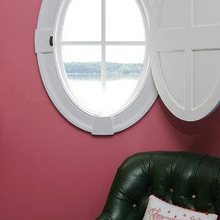 Foto de habitación de invitados tradicional, grande, con paredes rosas y suelo de madera en tonos medios