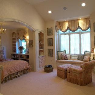 Ejemplo de dormitorio tradicional, grande, con paredes rosas y moqueta
