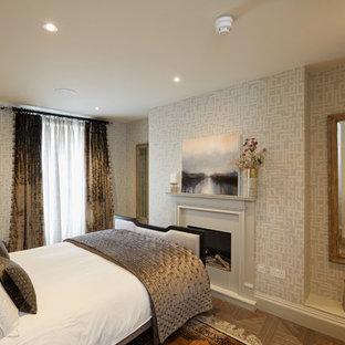 Idee per una camera degli ospiti classica di medie dimensioni con pareti grigie, pavimento in marmo, pavimento bianco, camino classico e cornice del camino in intonaco