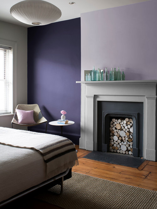 chambre avec un manteau de chemin e en pl tre et un mur violet photos et id es d co de chambres. Black Bedroom Furniture Sets. Home Design Ideas