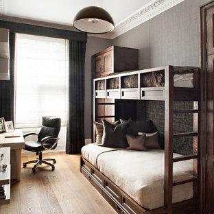 Idee per una camera da letto tradizionale con pareti grigie e pavimento in legno massello medio