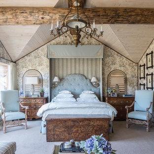 Ejemplo de dormitorio principal, clásico, grande, con moqueta
