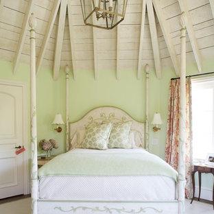 Idéer för ett stort shabby chic-inspirerat sovrum, med gröna väggar och heltäckningsmatta