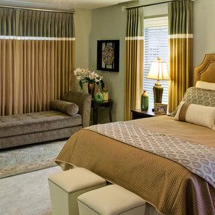 サンディエゴのトラディショナルスタイルのおしゃれな主寝室 (グレーの壁、カーペット敷き、暖炉なし) のレイアウト