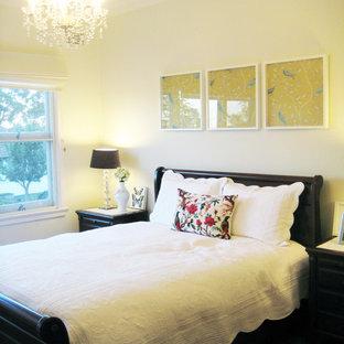 シドニーのトラディショナルスタイルのおしゃれな主寝室 (ベージュの壁、濃色無垢フローリング、暖炉なし) のインテリア