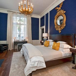 Ispirazione per una camera da letto classica con pareti blu, parquet scuro e camino classico
