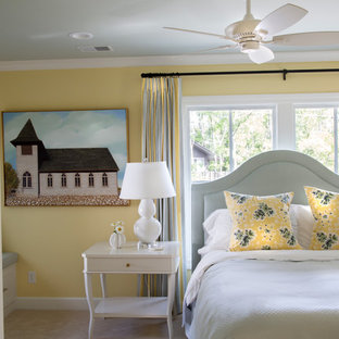 Mittelgroßes Klassisches Hauptschlafzimmer ohne Kamin mit gelber Wandfarbe, Teppichboden und beigem Boden in Grand Rapids