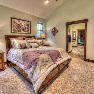 Réalisation d'une grand chambre craftsman avec un mur beige et aucune cheminée.