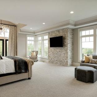 Пример оригинального дизайна: большая хозяйская спальня в классическом стиле с серыми стенами, ковровым покрытием и белым полом