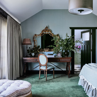 Неиссякаемый источник вдохновения для домашнего уюта: большая хозяйская спальня в стиле современная классика с синими стенами, ковровым покрытием и зеленым полом
