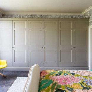 Großes Klassisches Hauptschlafzimmer mit grauer Wandfarbe, dunklem Holzboden und braunem Boden in Sonstige
