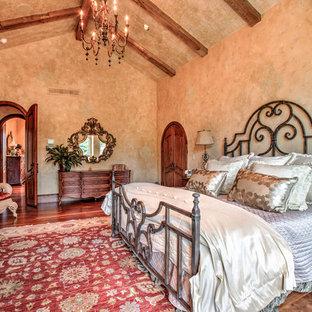 На фото: хозяйская спальня среднего размера в средиземноморском стиле с бежевыми стенами и паркетным полом среднего тона без камина