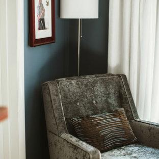 Modelo de dormitorio principal, tradicional, de tamaño medio, con paredes grises, moqueta, marco de chimenea de baldosas y/o azulejos y suelo beige